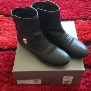 Boots McQueen black flat and comfortable